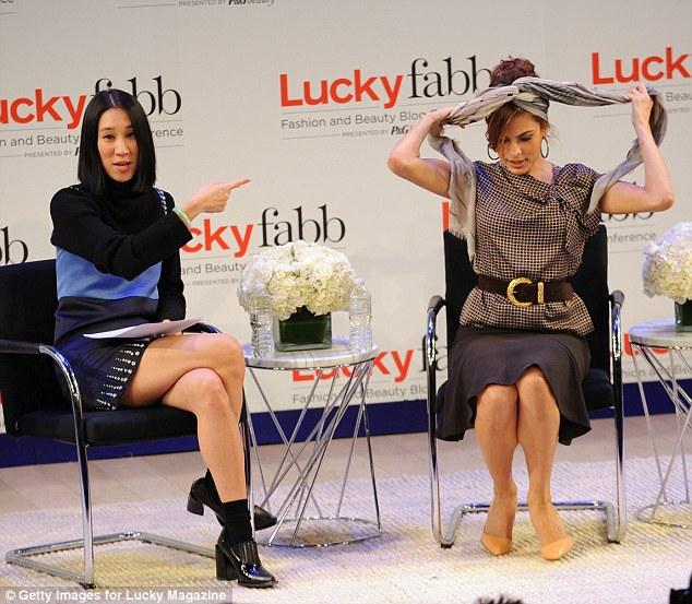 Вот как это делается! Сидя с главный редактор Ева Чен, Ева запустила в быстрый платок связывая уроке, так что другие могут воссоздать одну из своих фирменных взглядов