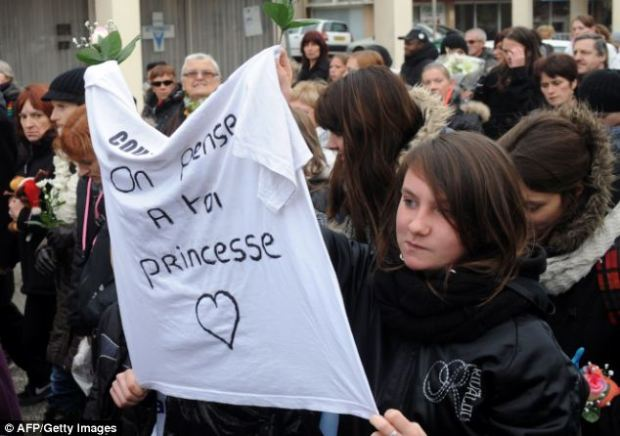 Demonstrating: A banner reads 'Our thoughts are with you, Princess'