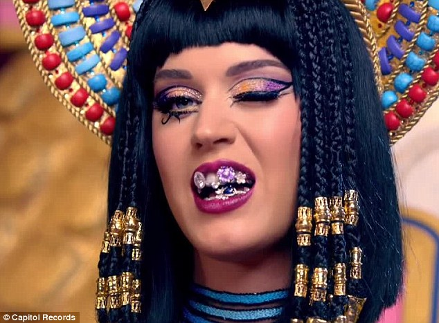 Artsy Wallpaper Modern Girl Katy Perry Is Jiff S Number One Fan As She Snuggles Up To