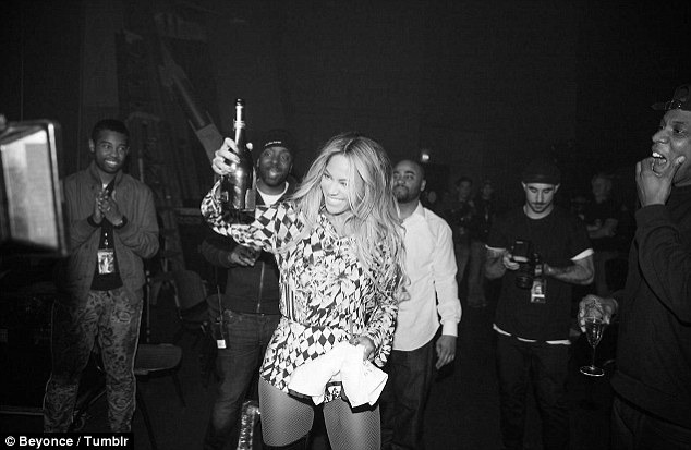 Cute Marriage Couple Wallpaper Beyonce Indulges In Glass Of Wine Courtside With Jay Z