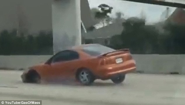 Driver speeds down Texas highway in Mustang that has lost its front