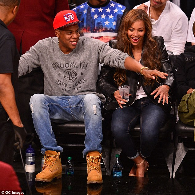 Girl Watching Stars Wallpaper Beyonce Enjoys A Basketball Game With Jay Z As They Snack