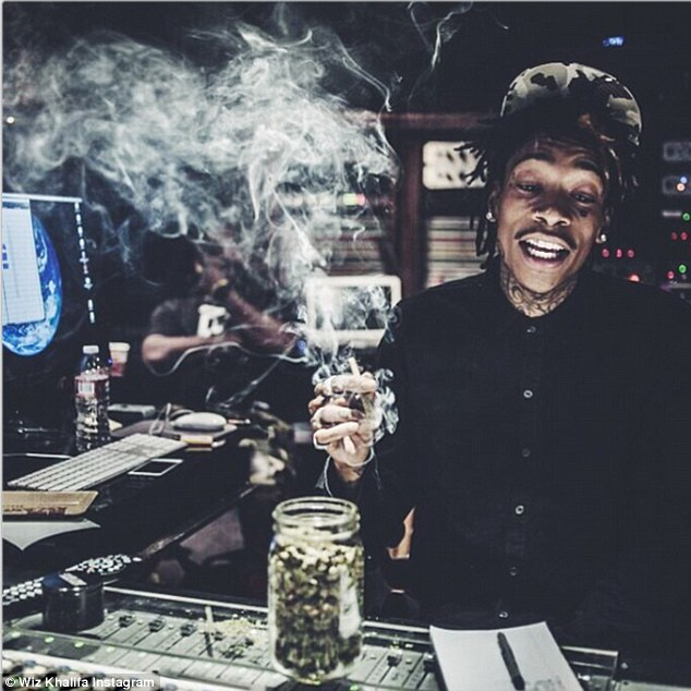Im Alone Quotes Wallpaper Hd Wiz Khalifa Posts Smoking Picture After Being Arrested For