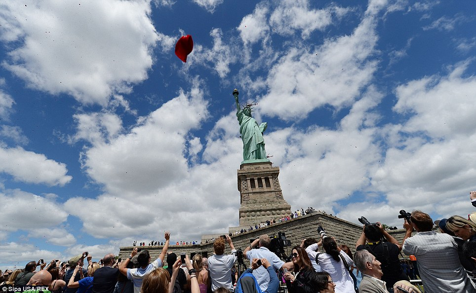 Falling Rose Petals Wallpaper One Million Rose Petals Fall On Statue Of Liberty In D Day