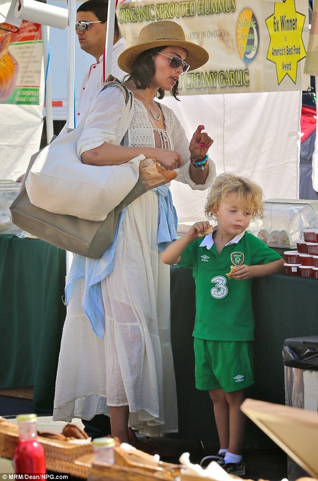 Big Bag Split Paula Patton Loads Up On Farmers Market Fare With Son