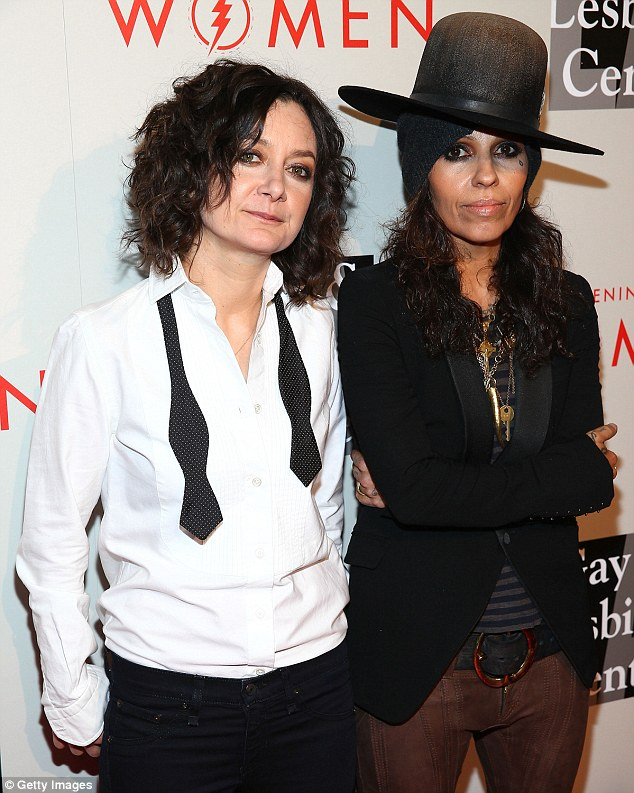 Baby Carrier Twins Uk Pregnant Sara Gilbert Covers Up Her Baby Bump In Grunge