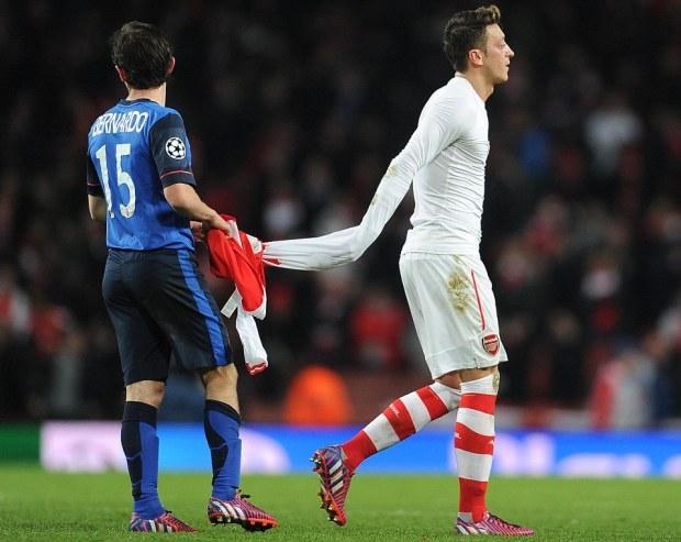 http://i0.wp.com/i.dailymail.co.uk/i/pix/2015/02/26/261888CD00000578-2969294-Mesut_Ozil_hands_his_shirt_to_Bernardo_Silva_and_trudges_off_aft-m-22_1424934168914.jpg?resize=620%2C493
