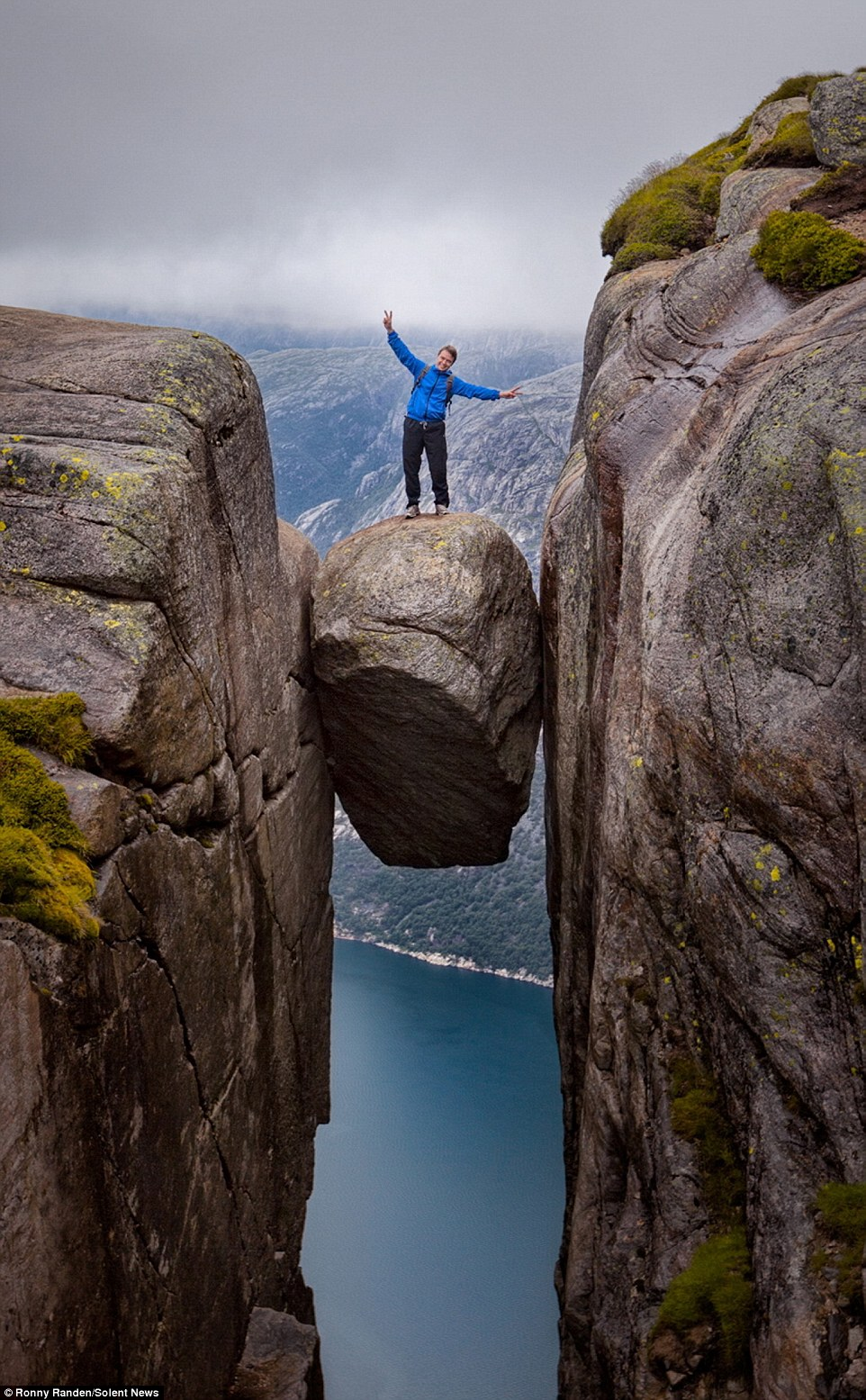 Falling Skies Wallpaper Hd Daredevil Tourists Pose On Kjeragbolten Boulder Wedged In