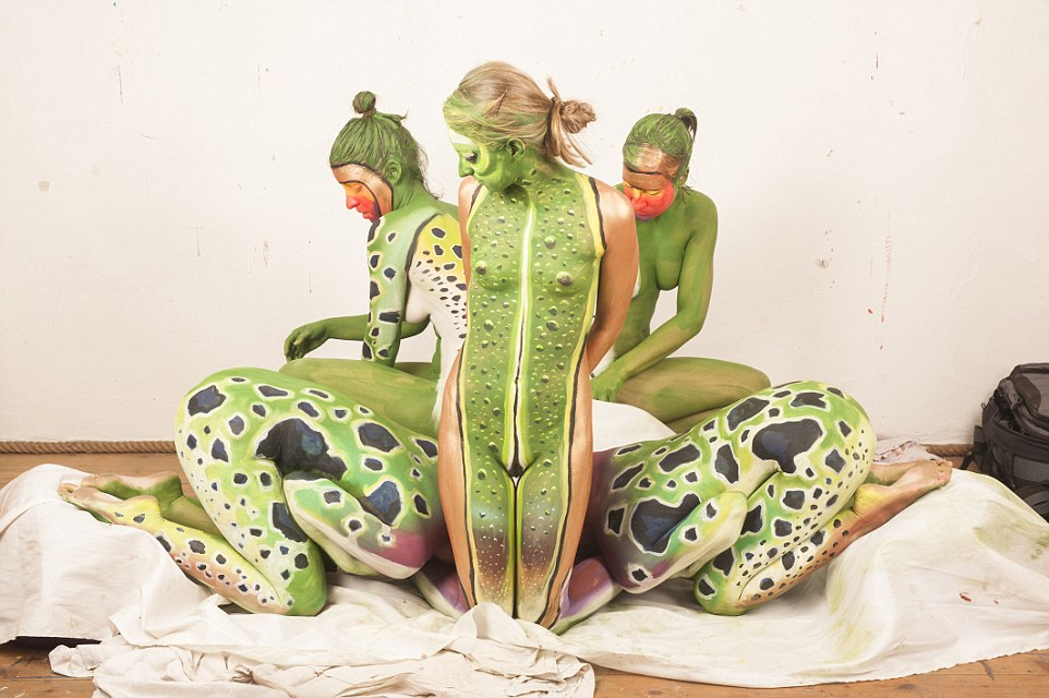 Hop art Artist\u0027s incredible body painting transforms five people - frog body