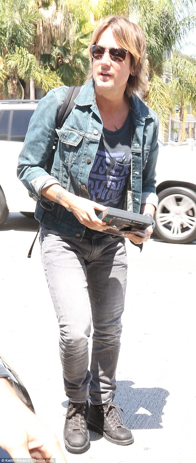 T Shirt Schwarz Keith Urban Leaves Lax Wearing Jeans And Denim Jacket With
