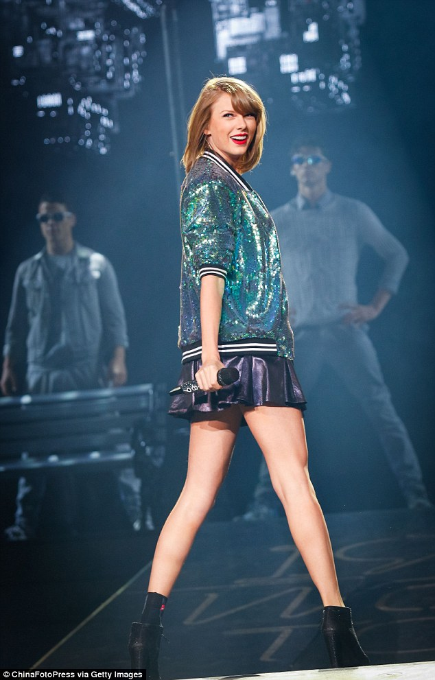 Girl Sitting On Bench Wallpaper Taylor Swift S 1989 Australian Tour Could Feature Kylie