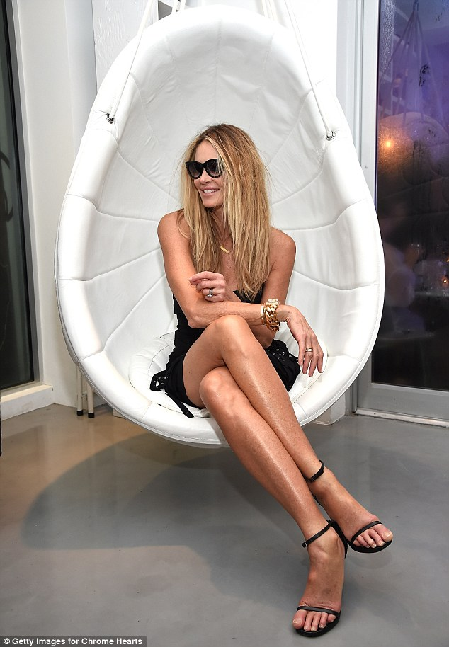 Bangle Girl Wallpaper Elle Macpherson Puts On A Very Leggy Display In Dress At