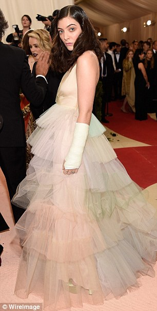 Red Raven New Zealand Met Gala Red Carpet Sees Lorde Suffer Unfortunate Wardrobe