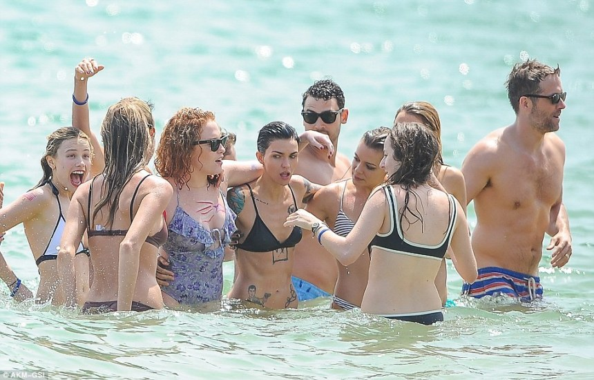 Taylor Swift and her girl squad celebrate 4th o July