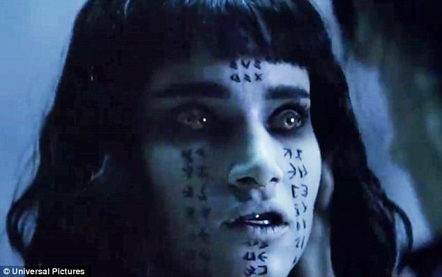 Girl Forest Wallpaper Tom Cruise Fights Undead Princess In New The Mummy Trailer