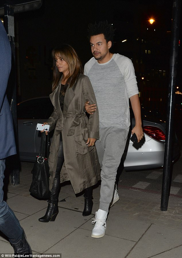 Dark Cozy Girl Wallpaper Halle Berry And Alex Da Kid Enjoy Date Night In London