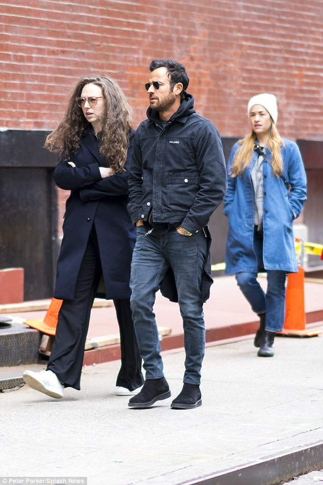 Big Bag Split Justin Theroux Seen Out With Female Pals Before Split News