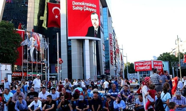 Pro-Erdogan supporters gather during a rally against the military coup at Kizilay Square in Ankara, on July 25, 2016. ─AFP