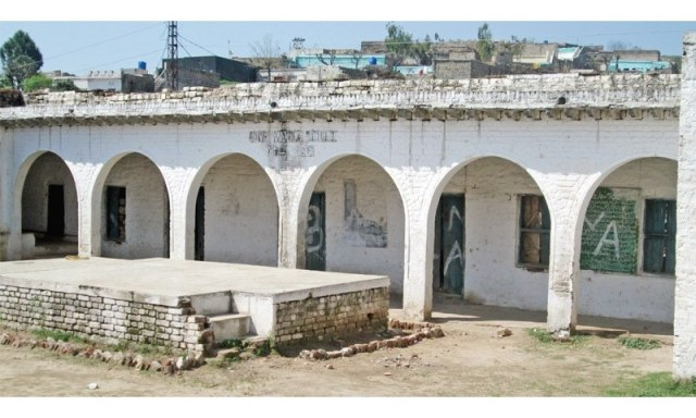 View of a white-coloured veranda. This building, owned by the Sardars of Vahali, was abandoned after its owners were forced to migrate after partition. Later the building was used as a school and then abandoned again.