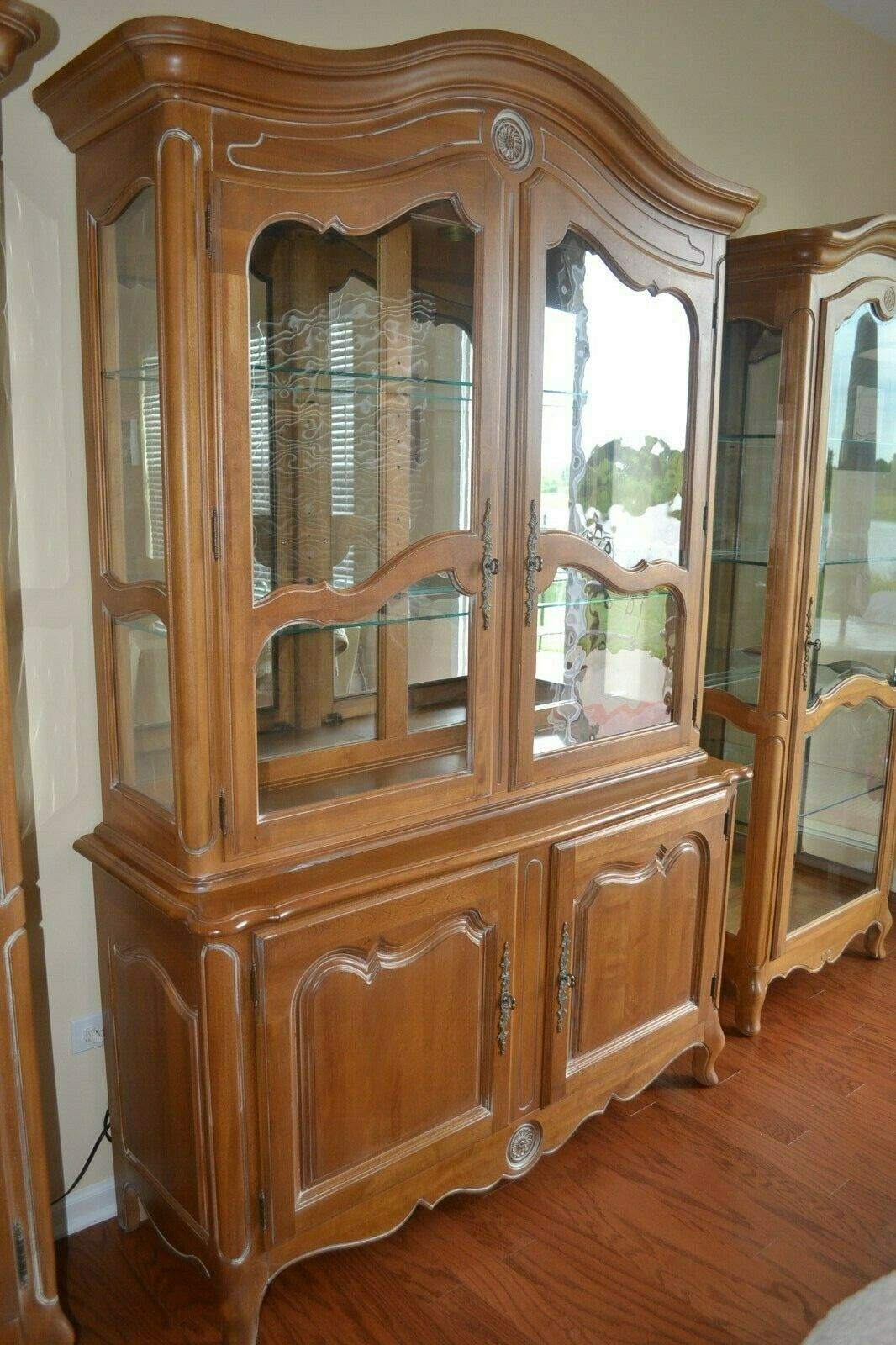 Ethan Allen Country French China Cabinet Usa Solid Wood Lighted 26 6217 26 6219 For Sale Online Ebay