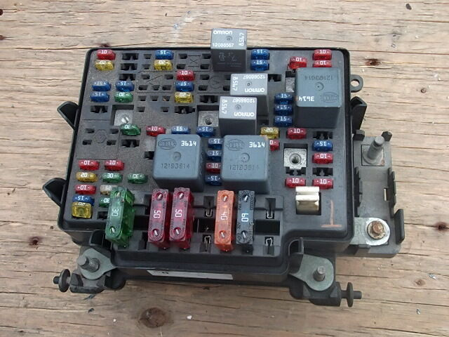 1999 -2002 GMC SIERRA 1500 RWD 43L UNDERHOOD MAIN FUSE BOX OEM eBay