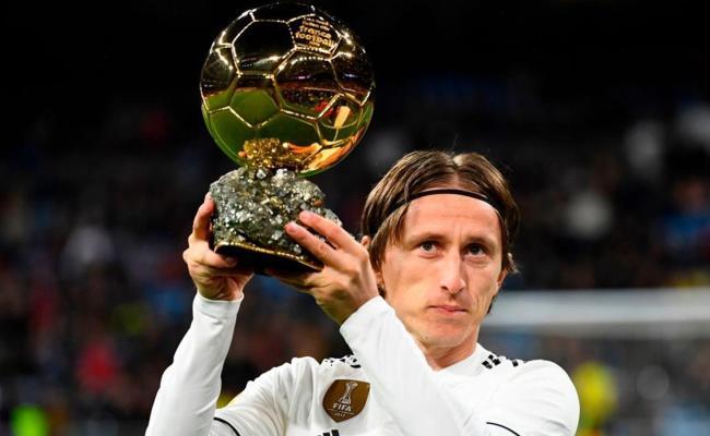 Foot Espagne Modric A Présenté Son Ballon D Or Au
