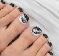 Picture Of black and white feather toe nail art