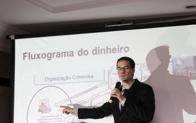 Procurador Deltan Dallagnol explica como era feita esquema de propina na Petrobras, em coletiva realiazada em Curitiba (PR), no dia 11 de dezembro