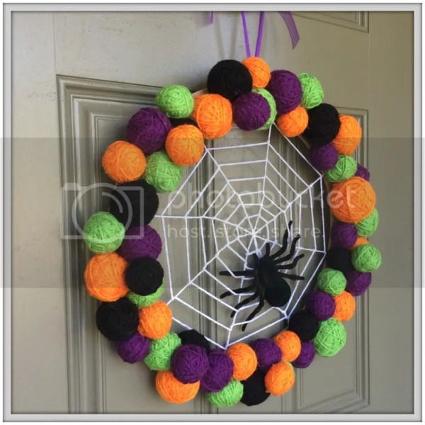 Adorable step-by-step Halloween Wreath tutorial.....#spiderweb #wreath #Halloween #yarnballs #DIY #tutorial