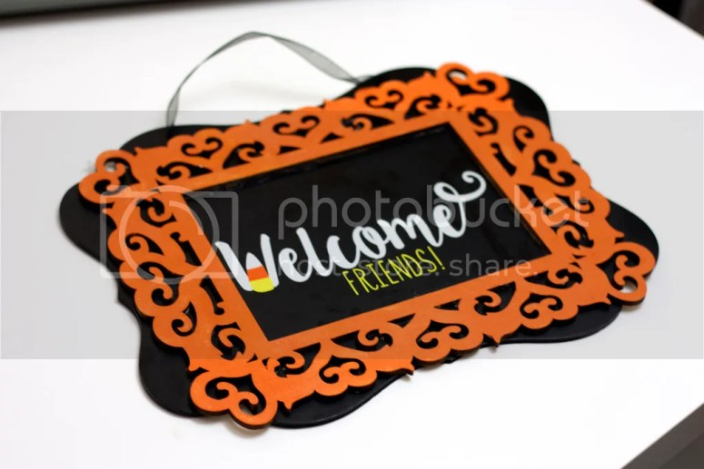 Welcome your visitors in  style with this adorable DIY Outdoor Fall Welcome Sign!  This is a MUST HAVE for Fall/Halloween decor! @diyjustcuz
