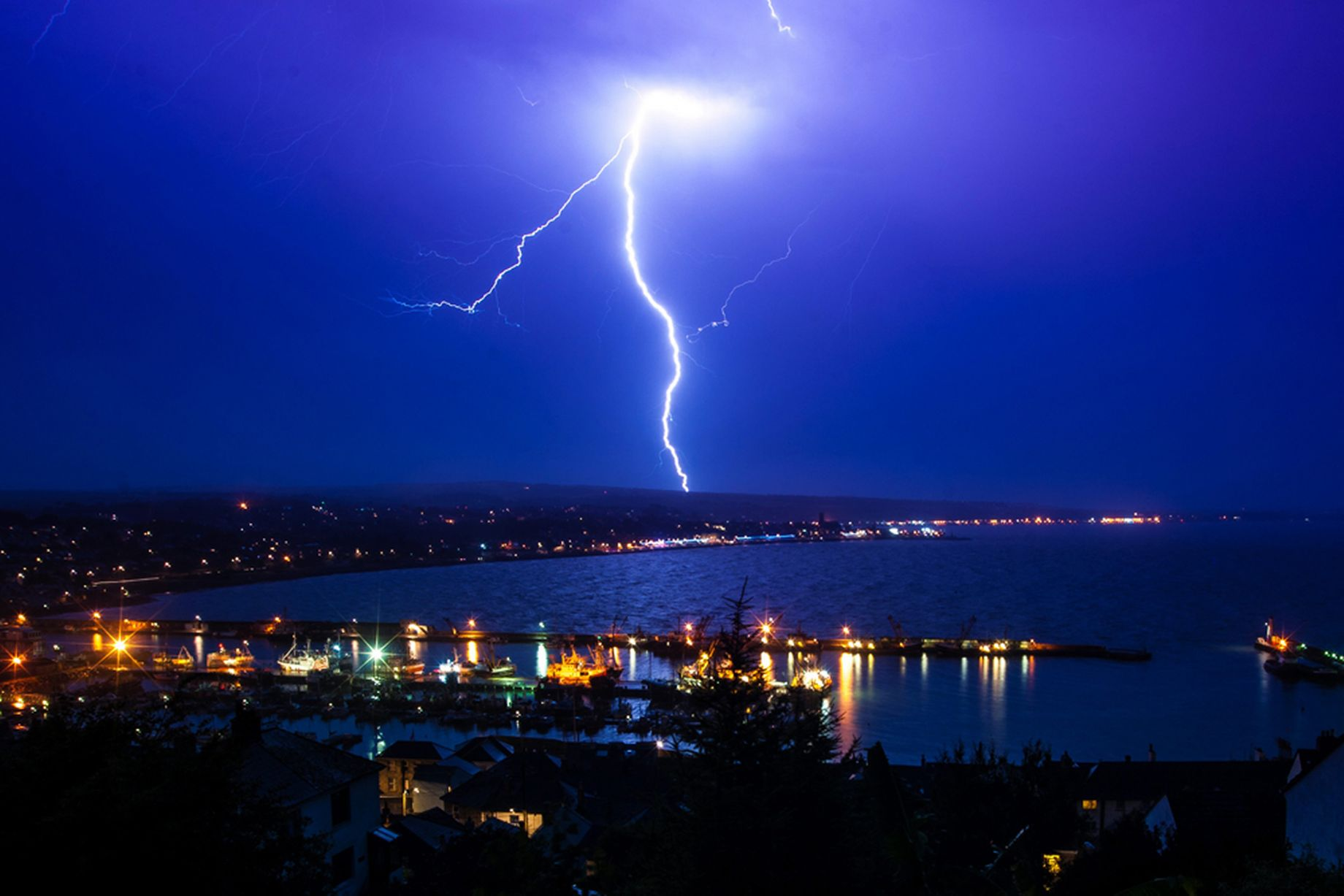 Hd Irish Wallpaper Lightning In The Skies As An Electric Storm Passes Britain