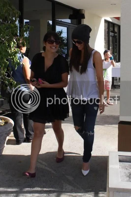 Kate Beckinsale in torn denim jeans