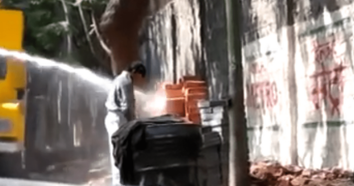 Clean Desk Policy India Water Cannon Video: Men Urinating In Public Get
