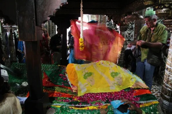 Wish offerings of cloth and flowers at Fatehpur Sikri