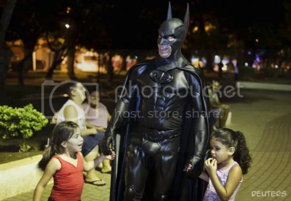 Batman Brazil mudah didekati anak-anak cilik