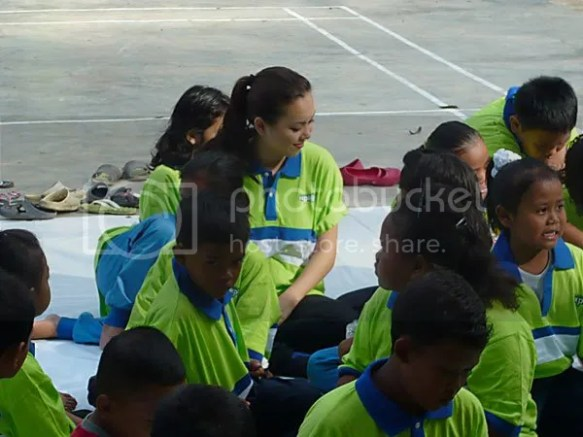 Siti Saleha melayan anak-anak Orang Asli