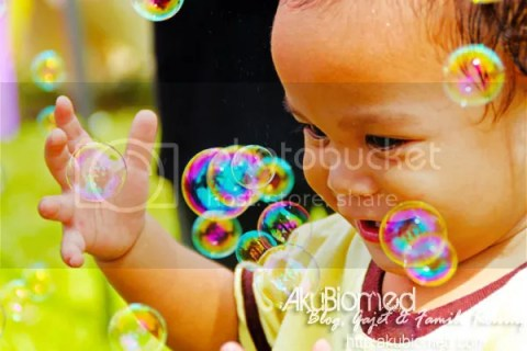 Baby Aslah main buih-buih belon