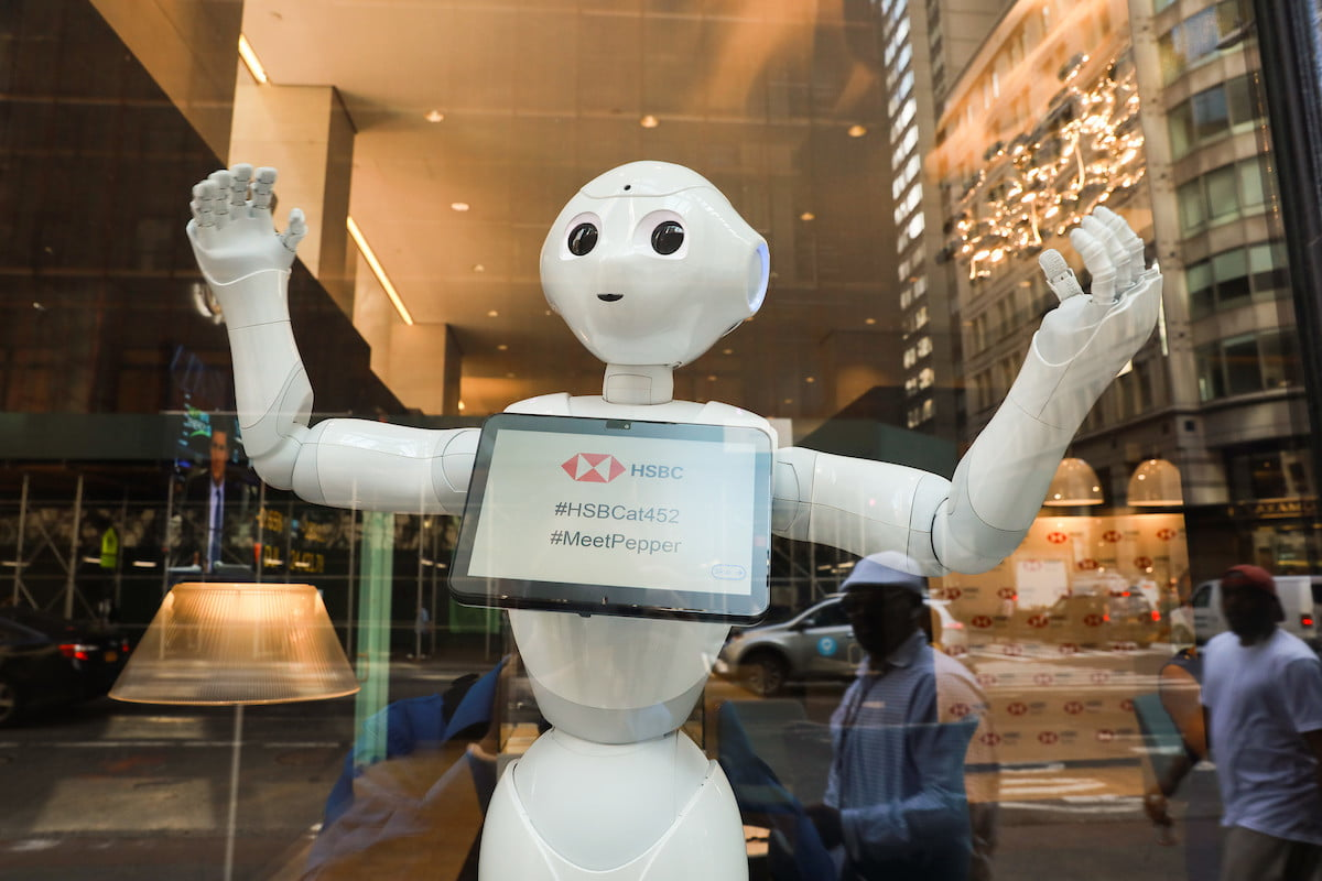 Pepper Finance Reviews Pepper The Robot Is Now Working At A Bank In New York City