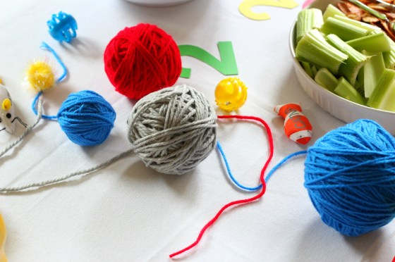 yarn-balls-party-tablescape