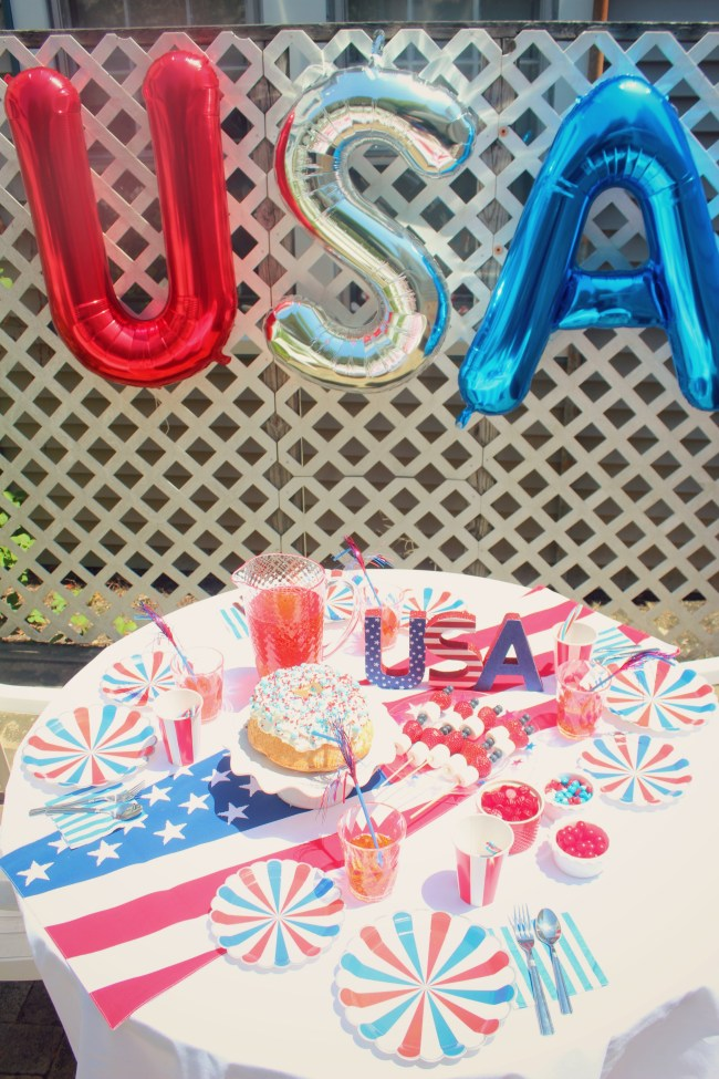 USA balloons and party table