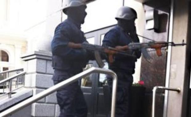 Gunmen enter hotel