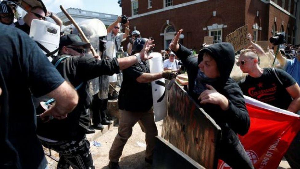 Miembros de los nacionalistas blancos chocan contra un grupo opositor en Charlottesville Virginia