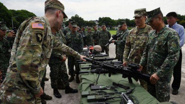 Weapon handover ceremony US-Philippines