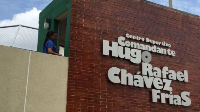 Entrada al Centro Deportivo Hugo Rafael Chávez Frías en Managua.
