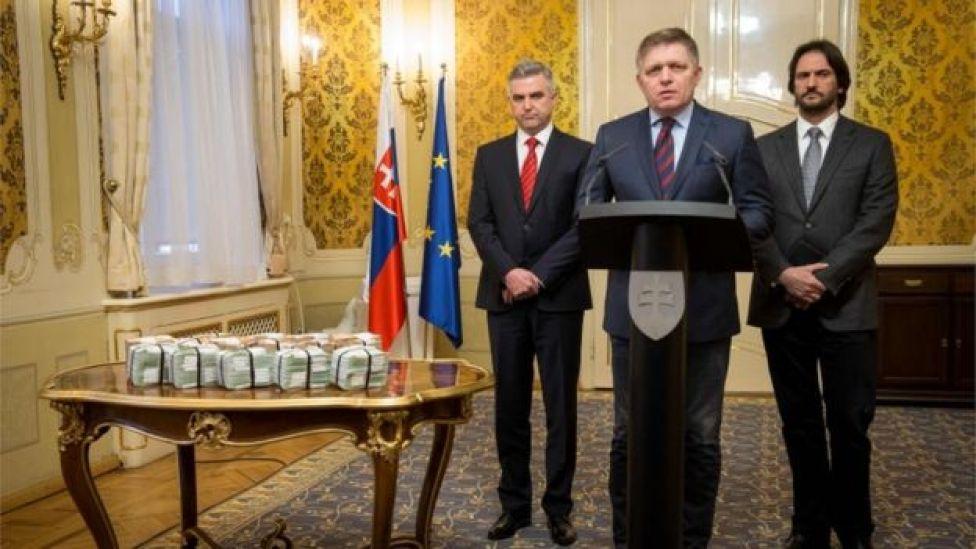 El primer ministro de Eslovaquia, Robert Fico (centro), el director de la Policía, Tibor Gaspar (izquierda) y el ministro del Interior, Robert Kalinak (derecha), al lado de varios fajos de euros.