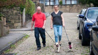 Mandy y John caminan con sus perros cerca de casa en Huddersfield