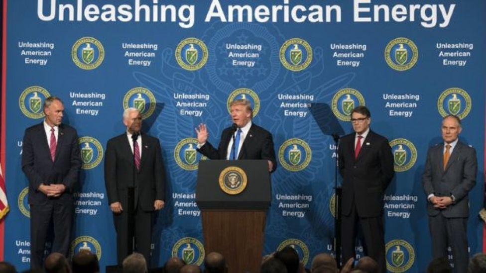El presidente Trump, rodeado de sus más cercanos asesores en política ambiental, incluyendo Rick Perry y Scott Pruitt (a la izquierda del presidende).
