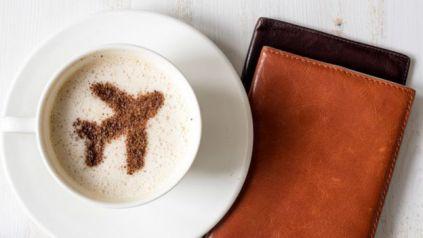 Un café con un dibujo de un avión y una billetera