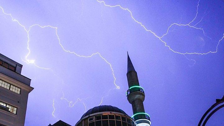 Spectacular lightning strikes parts of UK - BBC News