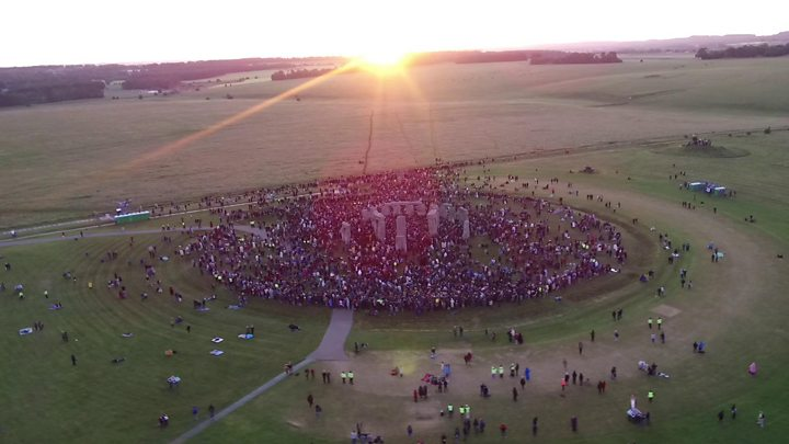 Summer solstice Thousands gather at Stonehenge for longest day